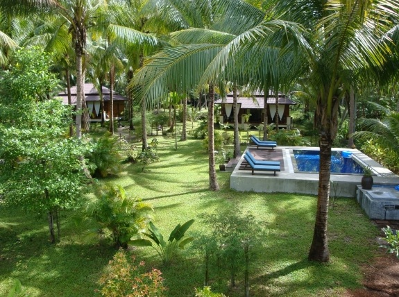 Jardin avec piscine du complex resort villas coco tha lande for Villa avec jardin et piscine